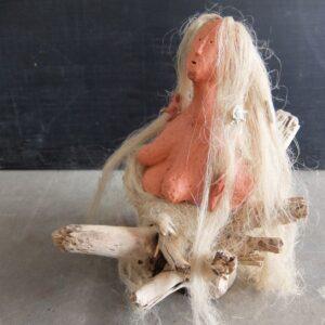 De Moeder; keramiek, boomstronk, vlas